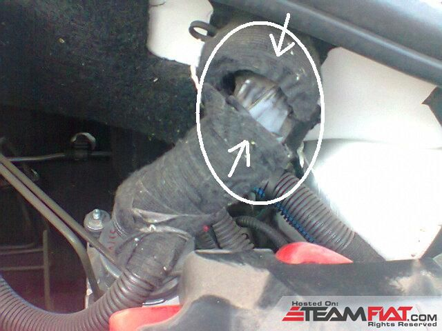 Fiat Punto 1point3 QJD Enginebay insulation hose broken.jpg