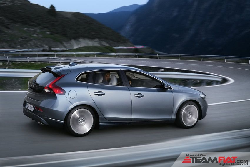 new-2013-volvo-v40-rear-side.jpg